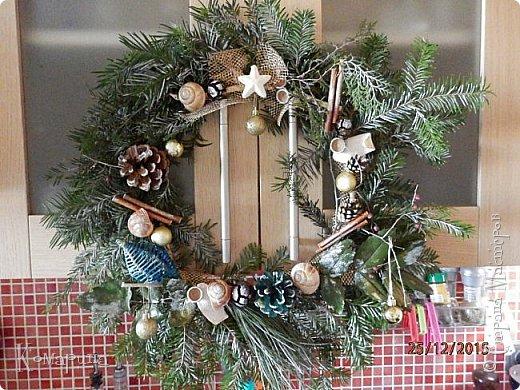 Мои первые рождественские венки. Увидела в магазине подобное и решила сотворить себе и соседям.  фото 1