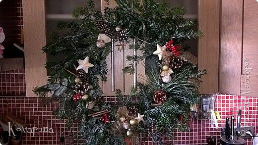 Мои первые рождественские венки. Увидела в магазине подобное и решила сотворить себе и соседям.  фото 7