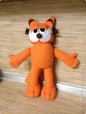 Очередной эксперимент с шитьём игрушки -кота Гарфилда. Внучок обожает  смотреть  и фильм,и мультик про Гарфилда, пришлось бабушке постараться и сшить такую игрушку ))) Рост кота 40 см фото 1