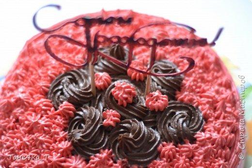 Для украшения торта, вырезала из бумаги надпись, приклеила её на деревянные палочки и покрасила фломастерами.  фото 2