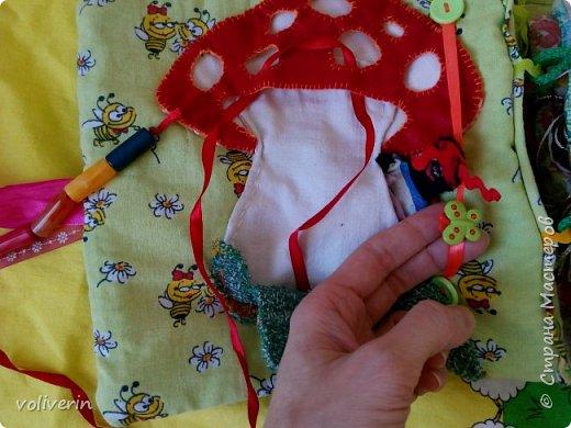Месяц трудов, и я наконец-то, дошила свою первую мягкую книжку для дочки. Книжку старалась делать игровой, так как сама люблю домики, куколок и тд. Книга посвящена насекомым.  фото 7