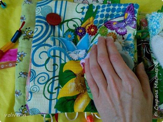 Месяц трудов, и я наконец-то, дошила свою первую мягкую книжку для дочки. Книжку старалась делать игровой, так как сама люблю домики, куколок и тд. Книга посвящена насекомым.  фото 16