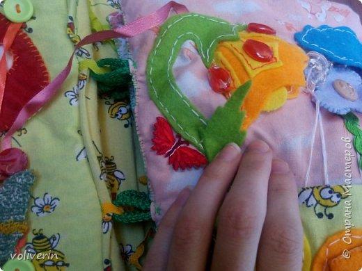 Месяц трудов, и я наконец-то, дошила свою первую мягкую книжку для дочки. Книжку старалась делать игровой, так как сама люблю домики, куколок и тд. Книга посвящена насекомым.  фото 17