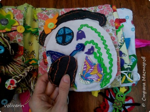 Месяц трудов, и я наконец-то, дошила свою первую мягкую книжку для дочки. Книжку старалась делать игровой, так как сама люблю домики, куколок и тд. Книга посвящена насекомым.  фото 24