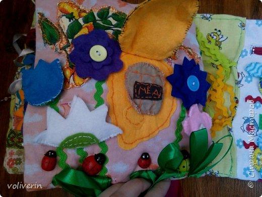 Месяц трудов, и я наконец-то, дошила свою первую мягкую книжку для дочки. Книжку старалась делать игровой, так как сама люблю домики, куколок и тд. Книга посвящена насекомым.  фото 41