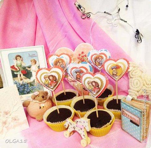 Добрый вечер! С дочкой на праздник испекли шоколадные кексы и украсили сердечками. Создали себе праздничное настроение. Получились вкусные  и красивые кексики.  фото 1