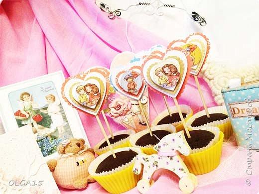 Добрый вечер! С дочкой на праздник испекли шоколадные кексы и украсили сердечками. Создали себе праздничное настроение. Получились вкусные  и красивые кексики.  фото 2