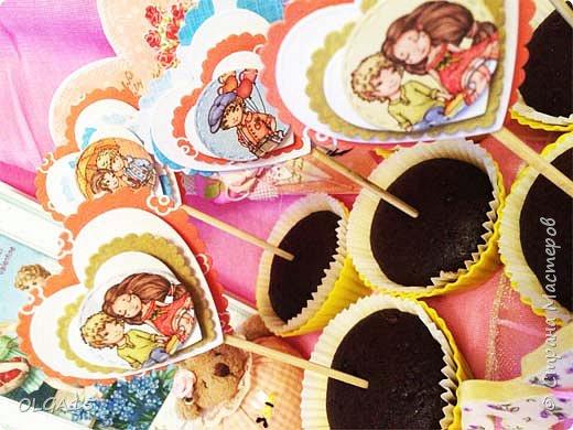 Добрый вечер! С дочкой на праздник испекли шоколадные кексы и украсили сердечками. Создали себе праздничное настроение. Получились вкусные  и красивые кексики.  фото 3