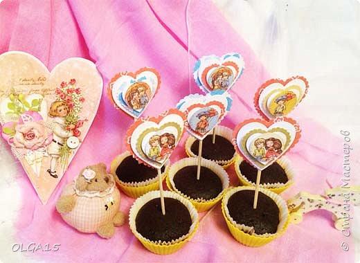 Добрый вечер! С дочкой на праздник испекли шоколадные кексы и украсили сердечками. Создали себе праздничное настроение. Получились вкусные  и красивые кексики.  фото 4