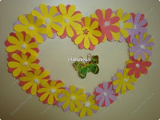 Доброй ночи! Вовремя не успели выложить наше цветочное сердце, некогда было. Сердце сделала Алина. Я вырезала из плотного картона шаблон. На него дочурка приклеивала цветочки. Цветочки вырезаны из скрапбумаги. Обводили их по шаблону вместе, так как Алине самой было тяжко столько обводить. Вырезали вместе. затем дочурка приклеила цветы, а серединка - это комочки белой салфетки.  фото 2