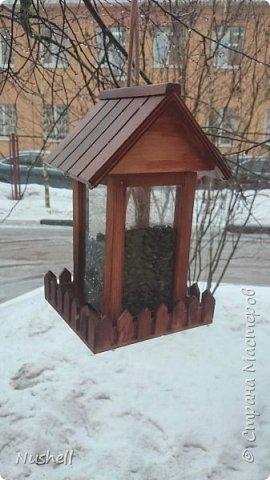 Доброе время суток всем мастерам! Вот такая кормушка для птиц получилась у меня из жестяной коробочки-пирамидки от новогоднего подарка, который был получен в цирке. Так сказать, от братьев Запашных- на крышке так и написано.  Мне понадобились: коробка от подарка, фанерка, шнур бельевой, стакан от блендера, палочки бамбуковые, бусины деревянные, клей-секунда, клей-титан,  дрель,  бутылка пластиковая с крышкой, скрепки и конечно же семечки! фото 13