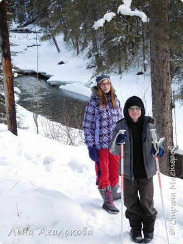 Добрый всем зимний денек! В этот раз хочу рассказать о нашей поездке зимой в горы. Мы вообще редко зимой ездим, но уж больно в этом году теплая зима. Недавно выбрались в Johnston Canyon, это недалеко от Банфа, было тепло и мы прекрасно погуляли. Посмотрели на скалолазах лазающих по ледовым стенкам замерзшего водопада.  Ни разу не были там зимой - очень красиво, правда дорога скользкая, дети половину пути проехали по льду... Дорога вдоль каньона проложена с перилами, так что идти было удобно.  фото 2