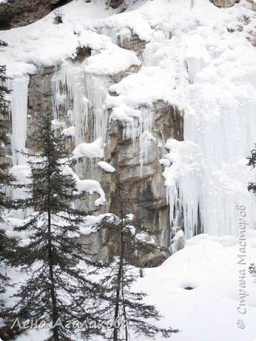 Добрый всем зимний денек! В этот раз хочу рассказать о нашей поездке зимой в горы. Мы вообще редко зимой ездим, но уж больно в этом году теплая зима. Недавно выбрались в Johnston Canyon, это недалеко от Банфа, было тепло и мы прекрасно погуляли. Посмотрели на скалолазах лазающих по ледовым стенкам замерзшего водопада.  Ни разу не были там зимой - очень красиво, правда дорога скользкая, дети половину пути проехали по льду... Дорога вдоль каньона проложена с перилами, так что идти было удобно.  фото 5