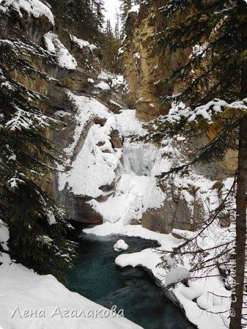 Добрый всем зимний денек! В этот раз хочу рассказать о нашей поездке зимой в горы. Мы вообще редко зимой ездим, но уж больно в этом году теплая зима. Недавно выбрались в Johnston Canyon, это недалеко от Банфа, было тепло и мы прекрасно погуляли. Посмотрели на скалолазах лазающих по ледовым стенкам замерзшего водопада.  Ни разу не были там зимой - очень красиво, правда дорога скользкая, дети половину пути проехали по льду... Дорога вдоль каньона проложена с перилами, так что идти было удобно.  фото 10