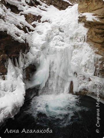 Добрый всем зимний денек! В этот раз хочу рассказать о нашей поездке зимой в горы. Мы вообще редко зимой ездим, но уж больно в этом году теплая зима. Недавно выбрались в Johnston Canyon, это недалеко от Банфа, было тепло и мы прекрасно погуляли. Посмотрели на скалолазах лазающих по ледовым стенкам замерзшего водопада.  Ни разу не были там зимой - очень красиво, правда дорога скользкая, дети половину пути проехали по льду... Дорога вдоль каньона проложена с перилами, так что идти было удобно.  фото 11