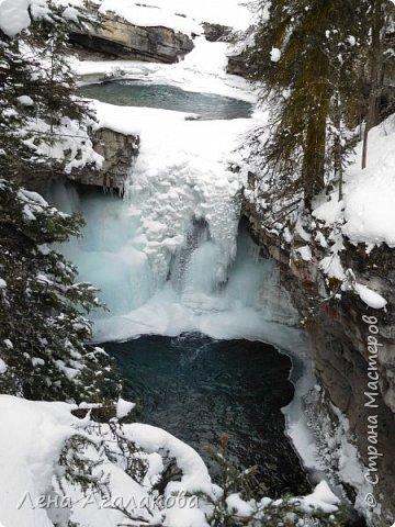 Добрый всем зимний денек! В этот раз хочу рассказать о нашей поездке зимой в горы. Мы вообще редко зимой ездим, но уж больно в этом году теплая зима. Недавно выбрались в Johnston Canyon, это недалеко от Банфа, было тепло и мы прекрасно погуляли. Посмотрели на скалолазах лазающих по ледовым стенкам замерзшего водопада.  Ни разу не были там зимой - очень красиво, правда дорога скользкая, дети половину пути проехали по льду... Дорога вдоль каньона проложена с перилами, так что идти было удобно.  фото 12
