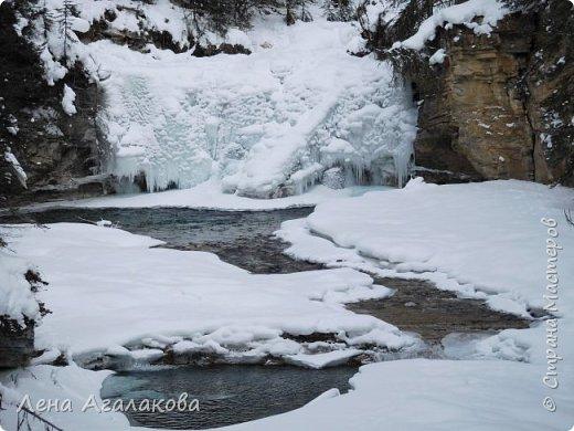 Добрый всем зимний денек! В этот раз хочу рассказать о нашей поездке зимой в горы. Мы вообще редко зимой ездим, но уж больно в этом году теплая зима. Недавно выбрались в Johnston Canyon, это недалеко от Банфа, было тепло и мы прекрасно погуляли. Посмотрели на скалолазах лазающих по ледовым стенкам замерзшего водопада.  Ни разу не были там зимой - очень красиво, правда дорога скользкая, дети половину пути проехали по льду... Дорога вдоль каньона проложена с перилами, так что идти было удобно.  фото 25