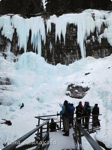 Добрый всем зимний денек! В этот раз хочу рассказать о нашей поездке зимой в горы. Мы вообще редко зимой ездим, но уж больно в этом году теплая зима. Недавно выбрались в Johnston Canyon, это недалеко от Банфа, было тепло и мы прекрасно погуляли. Посмотрели на скалолазах лазающих по ледовым стенкам замерзшего водопада.  Ни разу не были там зимой - очень красиво, правда дорога скользкая, дети половину пути проехали по льду... Дорога вдоль каньона проложена с перилами, так что идти было удобно.  фото 13