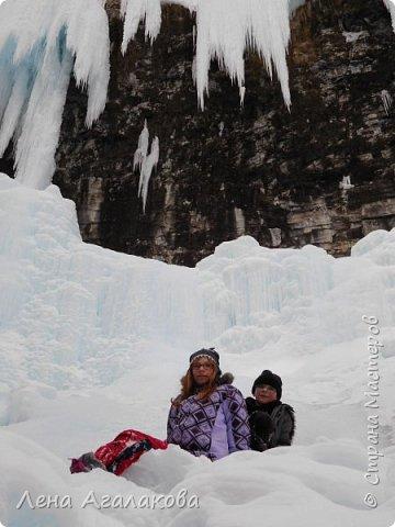 Добрый всем зимний денек! В этот раз хочу рассказать о нашей поездке зимой в горы. Мы вообще редко зимой ездим, но уж больно в этом году теплая зима. Недавно выбрались в Johnston Canyon, это недалеко от Банфа, было тепло и мы прекрасно погуляли. Посмотрели на скалолазах лазающих по ледовым стенкам замерзшего водопада.  Ни разу не были там зимой - очень красиво, правда дорога скользкая, дети половину пути проехали по льду... Дорога вдоль каньона проложена с перилами, так что идти было удобно.  фото 22