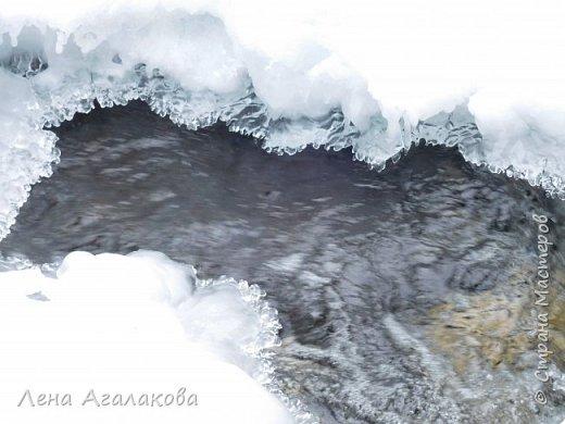 Добрый всем зимний денек! В этот раз хочу рассказать о нашей поездке зимой в горы. Мы вообще редко зимой ездим, но уж больно в этом году теплая зима. Недавно выбрались в Johnston Canyon, это недалеко от Банфа, было тепло и мы прекрасно погуляли. Посмотрели на скалолазах лазающих по ледовым стенкам замерзшего водопада.  Ни разу не были там зимой - очень красиво, правда дорога скользкая, дети половину пути проехали по льду... Дорога вдоль каньона проложена с перилами, так что идти было удобно.  фото 21