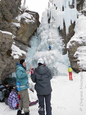 Добрый всем зимний денек! В этот раз хочу рассказать о нашей поездке зимой в горы. Мы вообще редко зимой ездим, но уж больно в этом году теплая зима. Недавно выбрались в Johnston Canyon, это недалеко от Банфа, было тепло и мы прекрасно погуляли. Посмотрели на скалолазах лазающих по ледовым стенкам замерзшего водопада.  Ни разу не были там зимой - очень красиво, правда дорога скользкая, дети половину пути проехали по льду... Дорога вдоль каньона проложена с перилами, так что идти было удобно.  фото 17
