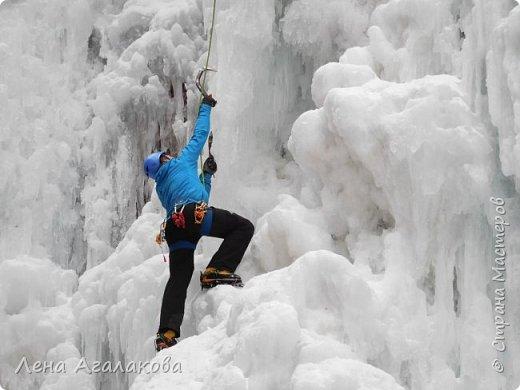 Добрый всем зимний денек! В этот раз хочу рассказать о нашей поездке зимой в горы. Мы вообще редко зимой ездим, но уж больно в этом году теплая зима. Недавно выбрались в Johnston Canyon, это недалеко от Банфа, было тепло и мы прекрасно погуляли. Посмотрели на скалолазах лазающих по ледовым стенкам замерзшего водопада.  Ни разу не были там зимой - очень красиво, правда дорога скользкая, дети половину пути проехали по льду... Дорога вдоль каньона проложена с перилами, так что идти было удобно.  фото 15