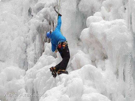 Добрый всем зимний денек! В этот раз хочу рассказать о нашей поездке зимой в горы. Мы вообще редко зимой ездим, но уж больно в этом году теплая зима. Недавно выбрались в Johnston Canyon, это недалеко от Банфа, было тепло и мы прекрасно погуляли. Посмотрели на скалолазах лазающих по ледовым стенкам замерзшего водопада.  Ни разу не были там зимой - очень красиво, правда дорога скользкая, дети половину пути проехали по льду... Дорога вдоль каньона проложена с перилами, так что идти было удобно.  фото 16