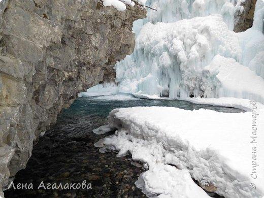 Добрый всем зимний денек! В этот раз хочу рассказать о нашей поездке зимой в горы. Мы вообще редко зимой ездим, но уж больно в этом году теплая зима. Недавно выбрались в Johnston Canyon, это недалеко от Банфа, было тепло и мы прекрасно погуляли. Посмотрели на скалолазах лазающих по ледовым стенкам замерзшего водопада.  Ни разу не были там зимой - очень красиво, правда дорога скользкая, дети половину пути проехали по льду... Дорога вдоль каньона проложена с перилами, так что идти было удобно.  фото 18