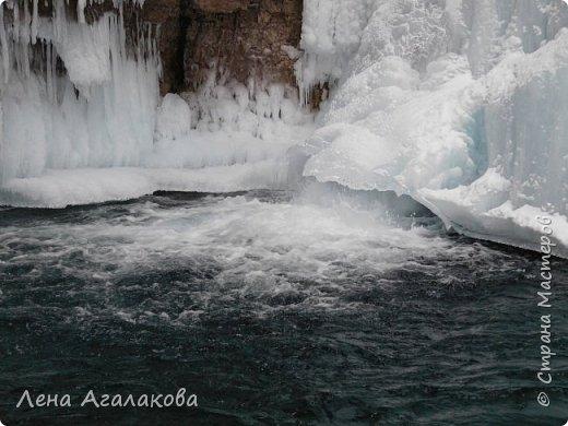 Добрый всем зимний денек! В этот раз хочу рассказать о нашей поездке зимой в горы. Мы вообще редко зимой ездим, но уж больно в этом году теплая зима. Недавно выбрались в Johnston Canyon, это недалеко от Банфа, было тепло и мы прекрасно погуляли. Посмотрели на скалолазах лазающих по ледовым стенкам замерзшего водопада.  Ни разу не были там зимой - очень красиво, правда дорога скользкая, дети половину пути проехали по льду... Дорога вдоль каньона проложена с перилами, так что идти было удобно.  фото 19