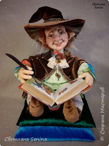 """Интерьерная кукла """"Лепрекоша"""", выполненная в технике """"скульптурный текстиль"""".  Очень любит читать сказки на ночь! Основной материал: проволочный каркас, синтепон, капрон, искусственный мех. Рост: 45 см (вместе с подушками) фото 1"""