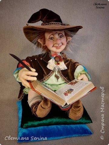 """Интерьерная кукла """"Лепрекоша"""", выполненная в технике """"скульптурный текстиль"""".  Очень любит читать сказки на ночь! Основной материал: проволочный каркас, синтепон, капрон, искусственный мех. Рост: 45 см (вместе с подушками) фото 2"""