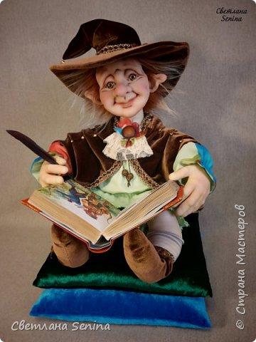 """Интерьерная кукла """"Лепрекоша"""", выполненная в технике """"скульптурный текстиль"""".  Очень любит читать сказки на ночь! Основной материал: проволочный каркас, синтепон, капрон, искусственный мех. Рост: 45 см (вместе с подушками) фото 3"""
