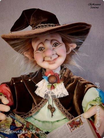 """Интерьерная кукла """"Лепрекоша"""", выполненная в технике """"скульптурный текстиль"""".  Очень любит читать сказки на ночь! Основной материал: проволочный каркас, синтепон, капрон, искусственный мех. Рост: 45 см (вместе с подушками) фото 4"""