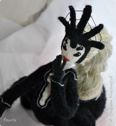 В январе связала вот такое создание. Рост 35 см, лапы из акрила, тело и черный костюм - шерсть, кукла - бисерная пряжа, волосы - акрил. Каркас во всём теле + кисти. Лицо вышито мулине. Крючки 0,90 и 1.  Вообще я арахнофоб, и всё связанное с пауками меня пугает. Но мне так хотелось воплотить её в жизнь, что стиснула зубы и пошла вязать) фото 5