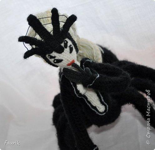 В январе связала вот такое создание. Рост 35 см, лапы из акрила, тело и черный костюм - шерсть, кукла - бисерная пряжа, волосы - акрил. Каркас во всём теле + кисти. Лицо вышито мулине. Крючки 0,90 и 1.  Вообще я арахнофоб, и всё связанное с пауками меня пугает. Но мне так хотелось воплотить её в жизнь, что стиснула зубы и пошла вязать) фото 6