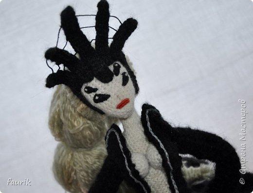В январе связала вот такое создание. Рост 35 см, лапы из акрила, тело и черный костюм - шерсть, кукла - бисерная пряжа, волосы - акрил. Каркас во всём теле + кисти. Лицо вышито мулине. Крючки 0,90 и 1.  Вообще я арахнофоб, и всё связанное с пауками меня пугает. Но мне так хотелось воплотить её в жизнь, что стиснула зубы и пошла вязать) фото 9