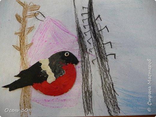 """По традиции участвуем с детьми в экологической акции """"Поможем зимующим птицам"""". Родители вместе с детьми изготавливают дома кормушки и затем мы все вместе их развешиваем. А на занятии мы нарисовали кормушки и деревья восковыми карандашами, а самих снегирей сделали из пластилина. фото 7"""