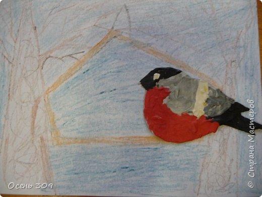 """По традиции участвуем с детьми в экологической акции """"Поможем зимующим птицам"""". Родители вместе с детьми изготавливают дома кормушки и затем мы все вместе их развешиваем. А на занятии мы нарисовали кормушки и деревья восковыми карандашами, а самих снегирей сделали из пластилина. фото 6"""