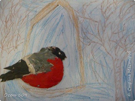 """По традиции участвуем с детьми в экологической акции """"Поможем зимующим птицам"""". Родители вместе с детьми изготавливают дома кормушки и затем мы все вместе их развешиваем. А на занятии мы нарисовали кормушки и деревья восковыми карандашами, а самих снегирей сделали из пластилина. фото 5"""