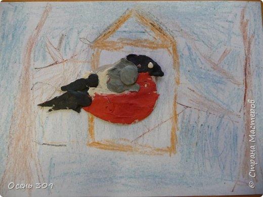 """По традиции участвуем с детьми в экологической акции """"Поможем зимующим птицам"""". Родители вместе с детьми изготавливают дома кормушки и затем мы все вместе их развешиваем. А на занятии мы нарисовали кормушки и деревья восковыми карандашами, а самих снегирей сделали из пластилина. фото 4"""
