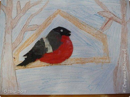 """По традиции участвуем с детьми в экологической акции """"Поможем зимующим птицам"""". Родители вместе с детьми изготавливают дома кормушки и затем мы все вместе их развешиваем. А на занятии мы нарисовали кормушки и деревья восковыми карандашами, а самих снегирей сделали из пластилина. фото 2"""