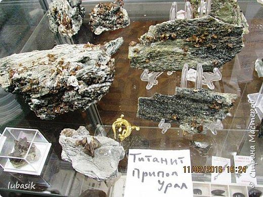 """Живу я на Кольском полуострове за Полярным кругом. Наш край очень богат минералами. Здесь обитает около четверти всех известных в природе минералов, поэтому наша Кольская земля считается настоящей природной шкатулкой самоцветов. В нашем небольшом городе Апатиты ежегодно проходит выставка минералов """"Каменный цветок"""". В этом году она проходила 23 - й раз.Приезжают очень много участников с разных городов России и даже из - за границы. Но надо сказать, что в этом году кризис сказался и на этом нашем мероприятии. - некоторые постоянные участники не приехали.  Прежние фоторепортажи можно посмотреть здесь http://stranamasterov.ru/node/726701,  здесь http://stranamasterov.ru/node/310568  и здесь http://stranamasterov.ru/node/516265 .  В своих репортажах каждый раз стараюсь показать те камни и работы, которых не показывала в предыдущих репортажах. Кстати в этом году была на выставке дважды. Один раз пошла сама с работы в будний день. А второй раз вместе с мужем в субботу, так в субботу ( по сравнению с рабочим днём) было невероятно много народу, ко многим столикам и витринам было не протиснуться. фото 12"""