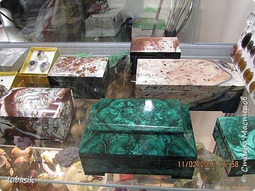 """Живу я на Кольском полуострове за Полярным кругом. Наш край очень богат минералами. Здесь обитает около четверти всех известных в природе минералов, поэтому наша Кольская земля считается настоящей природной шкатулкой самоцветов. В нашем небольшом городе Апатиты ежегодно проходит выставка минералов """"Каменный цветок"""". В этом году она проходила 23 - й раз.Приезжают очень много участников с разных городов России и даже из - за границы. Но надо сказать, что в этом году кризис сказался и на этом нашем мероприятии. - некоторые постоянные участники не приехали.  Прежние фоторепортажи можно посмотреть здесь http://stranamasterov.ru/node/726701,  здесь http://stranamasterov.ru/node/310568  и здесь http://stranamasterov.ru/node/516265 .  В своих репортажах каждый раз стараюсь показать те камни и работы, которых не показывала в предыдущих репортажах. Кстати в этом году была на выставке дважды. Один раз пошла сама с работы в будний день. А второй раз вместе с мужем в субботу, так в субботу ( по сравнению с рабочим днём) было невероятно много народу, ко многим столикам и витринам было не протиснуться. фото 54"""