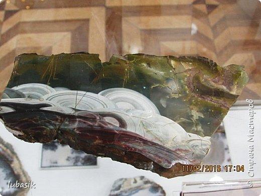 """Живу я на Кольском полуострове за Полярным кругом. Наш край очень богат минералами. Здесь обитает около четверти всех известных в природе минералов, поэтому наша Кольская земля считается настоящей природной шкатулкой самоцветов. В нашем небольшом городе Апатиты ежегодно проходит выставка минералов """"Каменный цветок"""". В этом году она проходила 23 - й раз.Приезжают очень много участников с разных городов России и даже из - за границы. Но надо сказать, что в этом году кризис сказался и на этом нашем мероприятии. - некоторые постоянные участники не приехали.  Прежние фоторепортажи можно посмотреть здесь http://stranamasterov.ru/node/726701,  здесь http://stranamasterov.ru/node/310568  и здесь http://stranamasterov.ru/node/516265 .  В своих репортажах каждый раз стараюсь показать те камни и работы, которых не показывала в предыдущих репортажах. Кстати в этом году была на выставке дважды. Один раз пошла сама с работы в будний день. А второй раз вместе с мужем в субботу, так в субботу ( по сравнению с рабочим днём) было невероятно много народу, ко многим столикам и витринам было не протиснуться. фото 24"""