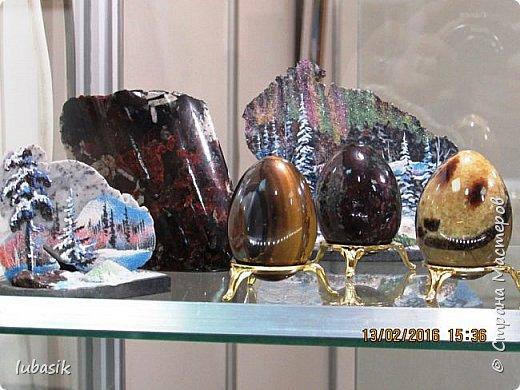 """Живу я на Кольском полуострове за Полярным кругом. Наш край очень богат минералами. Здесь обитает около четверти всех известных в природе минералов, поэтому наша Кольская земля считается настоящей природной шкатулкой самоцветов. В нашем небольшом городе Апатиты ежегодно проходит выставка минералов """"Каменный цветок"""". В этом году она проходила 23 - й раз.Приезжают очень много участников с разных городов России и даже из - за границы. Но надо сказать, что в этом году кризис сказался и на этом нашем мероприятии. - некоторые постоянные участники не приехали.  Прежние фоторепортажи можно посмотреть здесь http://stranamasterov.ru/node/726701,  здесь http://stranamasterov.ru/node/310568  и здесь http://stranamasterov.ru/node/516265 .  В своих репортажах каждый раз стараюсь показать те камни и работы, которых не показывала в предыдущих репортажах. Кстати в этом году была на выставке дважды. Один раз пошла сама с работы в будний день. А второй раз вместе с мужем в субботу, так в субботу ( по сравнению с рабочим днём) было невероятно много народу, ко многим столикам и витринам было не протиснуться. фото 66"""