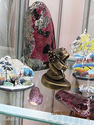 """Живу я на Кольском полуострове за Полярным кругом. Наш край очень богат минералами. Здесь обитает около четверти всех известных в природе минералов, поэтому наша Кольская земля считается настоящей природной шкатулкой самоцветов. В нашем небольшом городе Апатиты ежегодно проходит выставка минералов """"Каменный цветок"""". В этом году она проходила 23 - й раз.Приезжают очень много участников с разных городов России и даже из - за границы. Но надо сказать, что в этом году кризис сказался и на этом нашем мероприятии. - некоторые постоянные участники не приехали.  Прежние фоторепортажи можно посмотреть здесь http://stranamasterov.ru/node/726701,  здесь http://stranamasterov.ru/node/310568  и здесь http://stranamasterov.ru/node/516265 .  В своих репортажах каждый раз стараюсь показать те камни и работы, которых не показывала в предыдущих репортажах. Кстати в этом году была на выставке дважды. Один раз пошла сама с работы в будний день. А второй раз вместе с мужем в субботу, так в субботу ( по сравнению с рабочим днём) было невероятно много народу, ко многим столикам и витринам было не протиснуться. фото 68"""