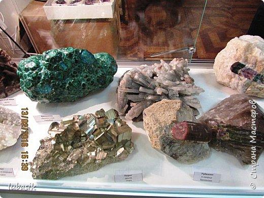 """Живу я на Кольском полуострове за Полярным кругом. Наш край очень богат минералами. Здесь обитает около четверти всех известных в природе минералов, поэтому наша Кольская земля считается настоящей природной шкатулкой самоцветов. В нашем небольшом городе Апатиты ежегодно проходит выставка минералов """"Каменный цветок"""". В этом году она проходила 23 - й раз.Приезжают очень много участников с разных городов России и даже из - за границы. Но надо сказать, что в этом году кризис сказался и на этом нашем мероприятии. - некоторые постоянные участники не приехали.  Прежние фоторепортажи можно посмотреть здесь http://stranamasterov.ru/node/726701,  здесь http://stranamasterov.ru/node/310568  и здесь http://stranamasterov.ru/node/516265 .  В своих репортажах каждый раз стараюсь показать те камни и работы, которых не показывала в предыдущих репортажах. Кстати в этом году была на выставке дважды. Один раз пошла сама с работы в будний день. А второй раз вместе с мужем в субботу, так в субботу ( по сравнению с рабочим днём) было невероятно много народу, ко многим столикам и витринам было не протиснуться. фото 73"""