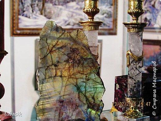 """Живу я на Кольском полуострове за Полярным кругом. Наш край очень богат минералами. Здесь обитает около четверти всех известных в природе минералов, поэтому наша Кольская земля считается настоящей природной шкатулкой самоцветов. В нашем небольшом городе Апатиты ежегодно проходит выставка минералов """"Каменный цветок"""". В этом году она проходила 23 - й раз.Приезжают очень много участников с разных городов России и даже из - за границы. Но надо сказать, что в этом году кризис сказался и на этом нашем мероприятии. - некоторые постоянные участники не приехали.  Прежние фоторепортажи можно посмотреть здесь http://stranamasterov.ru/node/726701,  здесь http://stranamasterov.ru/node/310568  и здесь http://stranamasterov.ru/node/516265 .  В своих репортажах каждый раз стараюсь показать те камни и работы, которых не показывала в предыдущих репортажах. Кстати в этом году была на выставке дважды. Один раз пошла сама с работы в будний день. А второй раз вместе с мужем в субботу, так в субботу ( по сравнению с рабочим днём) было невероятно много народу, ко многим столикам и витринам было не протиснуться. фото 5"""