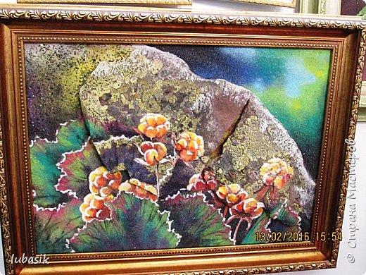 """Живу я на Кольском полуострове за Полярным кругом. Наш край очень богат минералами. Здесь обитает около четверти всех известных в природе минералов, поэтому наша Кольская земля считается настоящей природной шкатулкой самоцветов. В нашем небольшом городе Апатиты ежегодно проходит выставка минералов """"Каменный цветок"""". В этом году она проходила 23 - й раз.Приезжают очень много участников с разных городов России и даже из - за границы. Но надо сказать, что в этом году кризис сказался и на этом нашем мероприятии. - некоторые постоянные участники не приехали.  Прежние фоторепортажи можно посмотреть здесь http://stranamasterov.ru/node/726701,  здесь http://stranamasterov.ru/node/310568  и здесь http://stranamasterov.ru/node/516265 .  В своих репортажах каждый раз стараюсь показать те камни и работы, которых не показывала в предыдущих репортажах. Кстати в этом году была на выставке дважды. Один раз пошла сама с работы в будний день. А второй раз вместе с мужем в субботу, так в субботу ( по сравнению с рабочим днём) было невероятно много народу, ко многим столикам и витринам было не протиснуться. фото 98"""