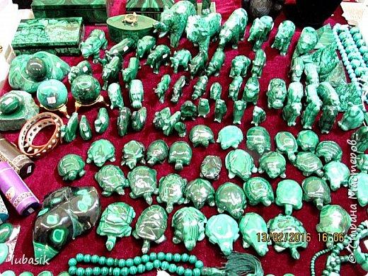 """Живу я на Кольском полуострове за Полярным кругом. Наш край очень богат минералами. Здесь обитает около четверти всех известных в природе минералов, поэтому наша Кольская земля считается настоящей природной шкатулкой самоцветов. В нашем небольшом городе Апатиты ежегодно проходит выставка минералов """"Каменный цветок"""". В этом году она проходила 23 - й раз.Приезжают очень много участников с разных городов России и даже из - за границы. Но надо сказать, что в этом году кризис сказался и на этом нашем мероприятии. - некоторые постоянные участники не приехали.  Прежние фоторепортажи можно посмотреть здесь http://stranamasterov.ru/node/726701,  здесь http://stranamasterov.ru/node/310568  и здесь http://stranamasterov.ru/node/516265 .  В своих репортажах каждый раз стараюсь показать те камни и работы, которых не показывала в предыдущих репортажах. Кстати в этом году была на выставке дважды. Один раз пошла сама с работы в будний день. А второй раз вместе с мужем в субботу, так в субботу ( по сравнению с рабочим днём) было невероятно много народу, ко многим столикам и витринам было не протиснуться. фото 69"""